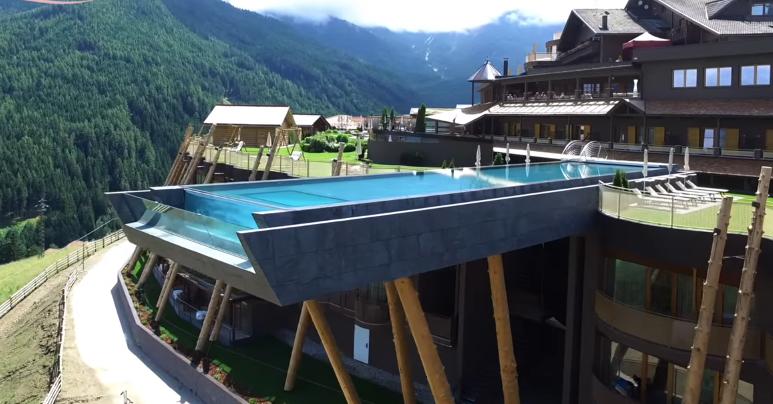 Una piscina a strapiombo sulle dolomiti swimbiz - Hotel valdaora con piscina ...