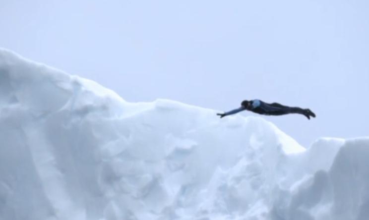 VIDEO Orlando Duque si tuffa da un iceberg: salviamo l'Antartide
