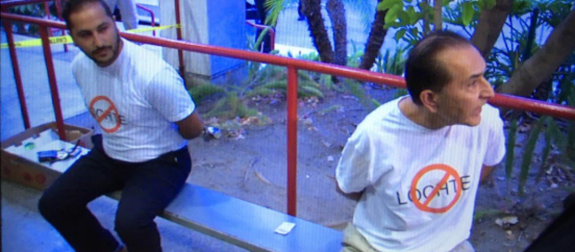 L'immagine dei due uomini con la maglietta anti-Lochte