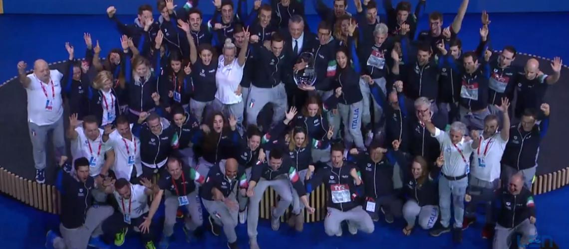 L'Italnuoto festeggia per la vittoria nel trofeo per nazioni