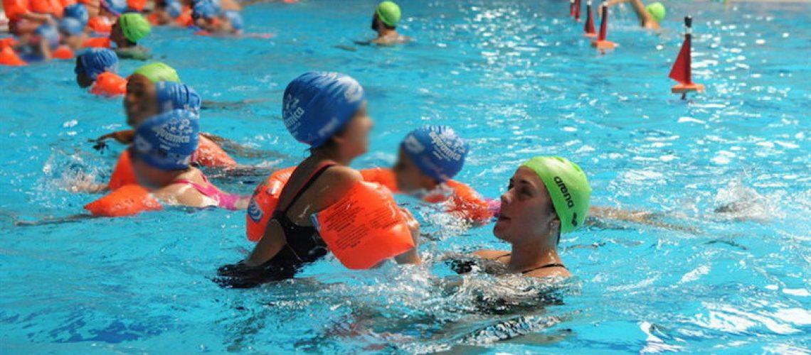 Bambini a  lezione di nuoto