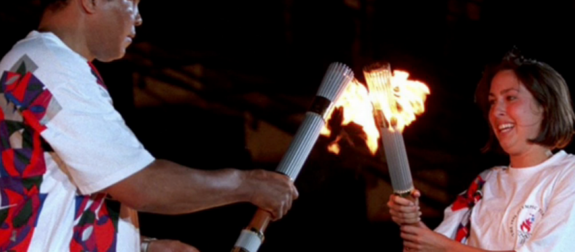 Janet Evans accende la torcia olimpico di Muhammad Ali