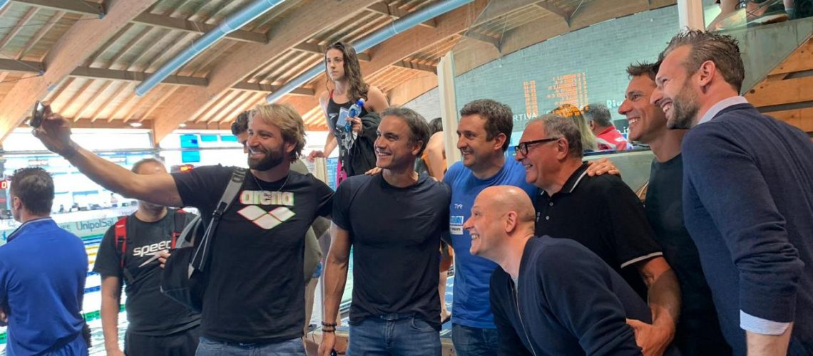 Il selfie degli ex azzurri Rosolino, Laera, Lamberti, Fioravanti, Rubaudo e Beccari. Con loro il tecnico Stefano Morini