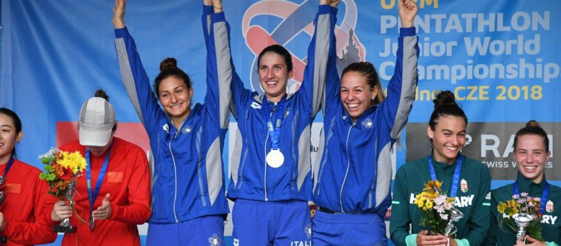 Elena Michei, Aurora Tognetti, e Maria Lea Lopez on l'oro al collo